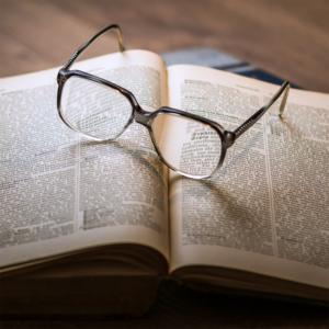 Buch mit Brille für Übersetzungen
